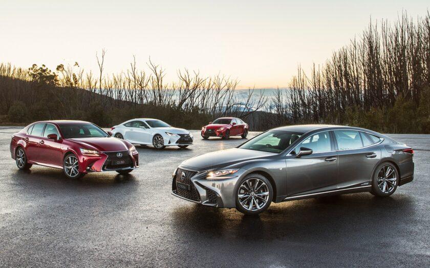Несколько машин Lexus