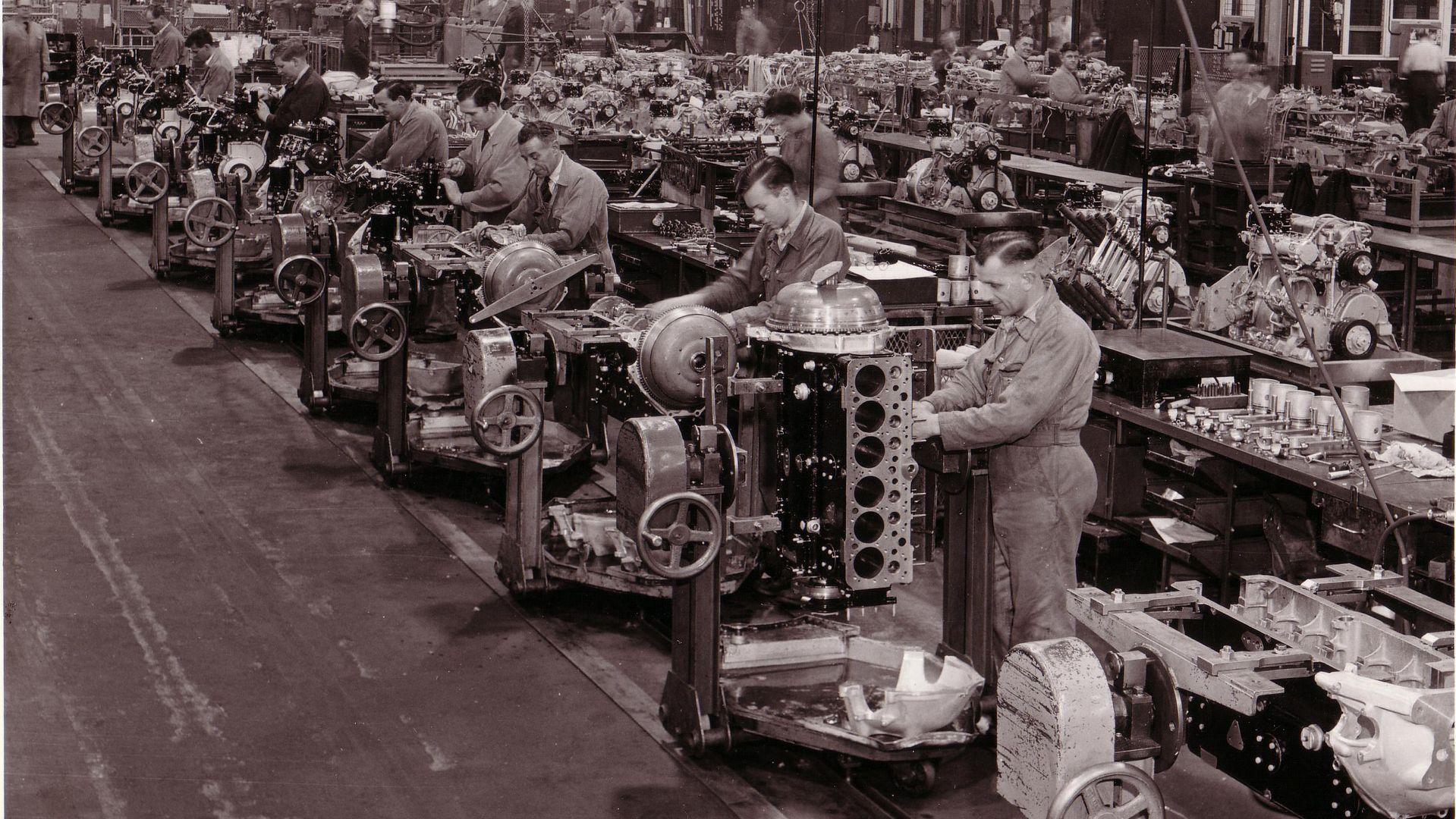Производство двигателей Bentley в 1950 году на заводе марки в Крю, Англия