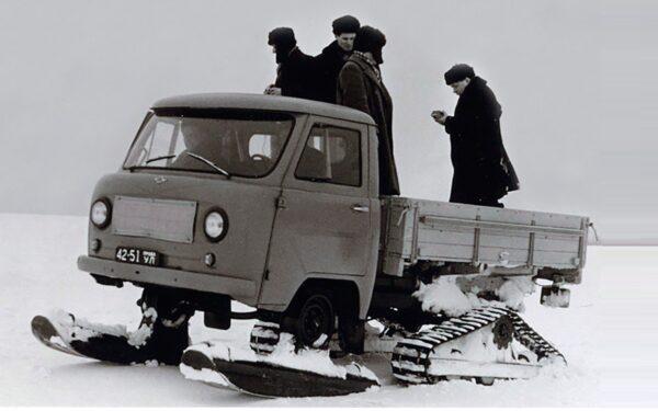 УАЗ-451С с лыжами и гусеницами
